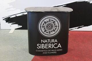 Mainospöytä Natura Siberica mainoksella